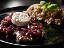 Wołowina z chutney i serem kozim, z kaszą jaglaną