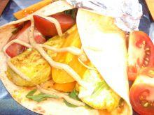 Wrapy z grillowanym kurczakiem curry i pomidorami