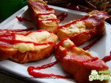 Zapiekane bułeczki z serem żółtym i sala