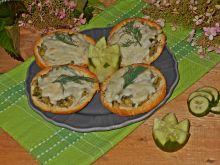Zapiekane bułki z ogórkiem i kozim serem