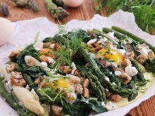 Zapiekane szparagi z jajkiem i grzankami