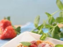 Zapiekane truskawki z sosem śliwkowym