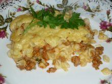 Zapiekanka makaronowa z mięsem, cebulką i natką