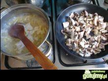 Zapiekanka makaronowa z pieczarkami.