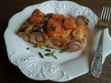 Zapiekanka naleśnikowa z parówką i sosem