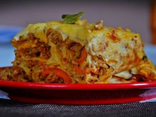 Zapiekanka naleśnikowa z ryżem, warzywami i mięsem