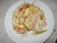 Zapiekanka ryżowa z parówkami.