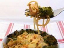 Zapiekanka z makaronu, łososia i brokuła