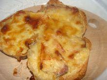 Zapiekany chleb z boczkiem pod beszamelem