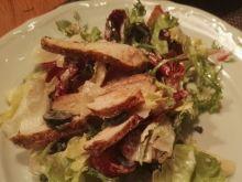 Zdrowa sałatka z grillowanym kurczakiem