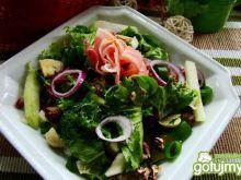 Zdrowa sałatka z orzechami i kalarepą