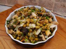 Zdrowa sałatka z pieczarek i fasoli mung