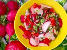 Zdrowa sałatka z rzodkiewką i pestkami dyni