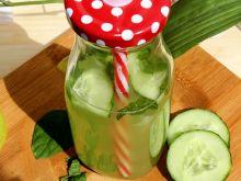 Zdrowa woda ogórkowa z cytryną i miętą