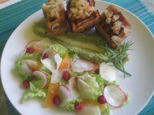 Żeberka z gruszkami,purre z bobu, letnia sałatka