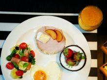 Zestaw śniadaniowy z sałatką z łososiem