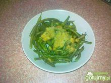 Zielona fasolka szparagowa na czosnku