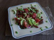 Zielona sałata z kabanosem