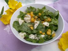 Zielona sałata z kukurydzą i serem mozzarella