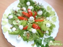 Zielona sałata z kulkami serowymi