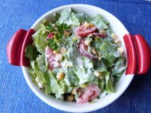 Zielona sałata z rzodkiewką i kukurydzą