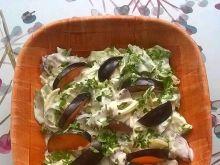 Zielona sałata ze śliwkami i sosem majonezowym
