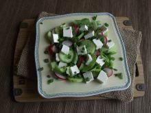 Zielona sałatka z fetą i rzodkiewką