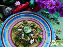 Zielona sałatka z makaronu razowego