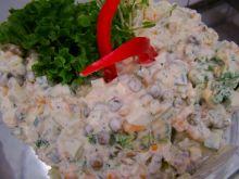 Zielona sałatka z serem i groszkiem