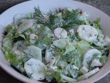 Zielona sałatka z sosem czosnkowym