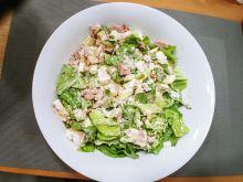 Zielona sałatka z tuńczykiem i camembertem