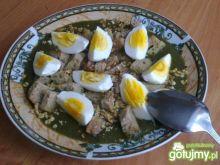 Zielona zupa z gotowanym jajkiem