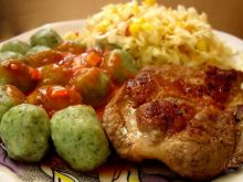 Zielone kluseczki, karkówka i sos.