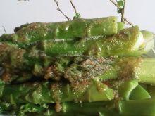 Zielone szparagi polane bułką tartą