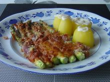Zielone szparagi zapiekane w szynce i serze