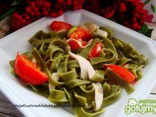 Zielone wstążki z pomidorem