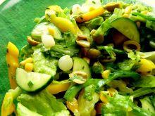Zielono-żółta sałatka z cebulką konserwową