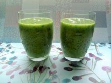 Zielony koktajl na soku jabłkowym i wodzie