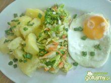 Ziemniaczki z surówką i jajkiem sadzonym