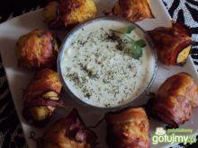 Ziemniaki w boczku z sosem ogórkowym