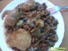 Ziemniaki z sosem grzybowym i kotletami