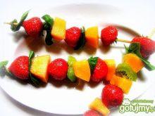 Zimne szaszłyki z melona i truskawek