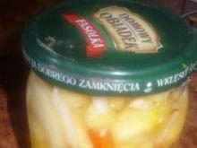 Zimowa sałatka w słoikach