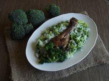 Ziołowe pałki z papryką otulone ryżem z brokułem