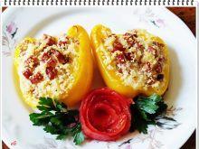 Żółta papryka z kaszą kuskus i kiełbasą