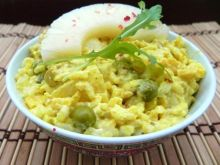 Żółta sałatka z indykiem curry i ryżem