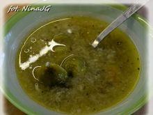 Zupa brukselkowa z lanym ciastem bazyliowym