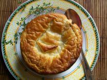 Zupa cebulowa zapiekana pod ciastem francuskim