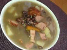 Zupa fasolowa na wędzonym boczku i kiełbasie