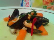 Zupa francuska z mini marchewkami i małżami